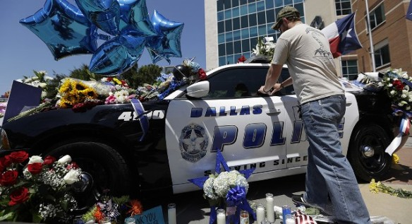 Dallas police makeshfit memorial